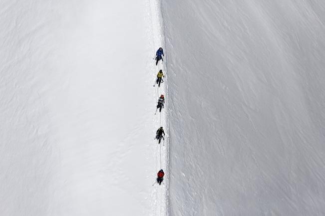 Luftaufnahme von Bergsteigern auf dem Gletscher in der Nähe des Gipfels des Großvenedigers in den Hohen Tauern in Österreich