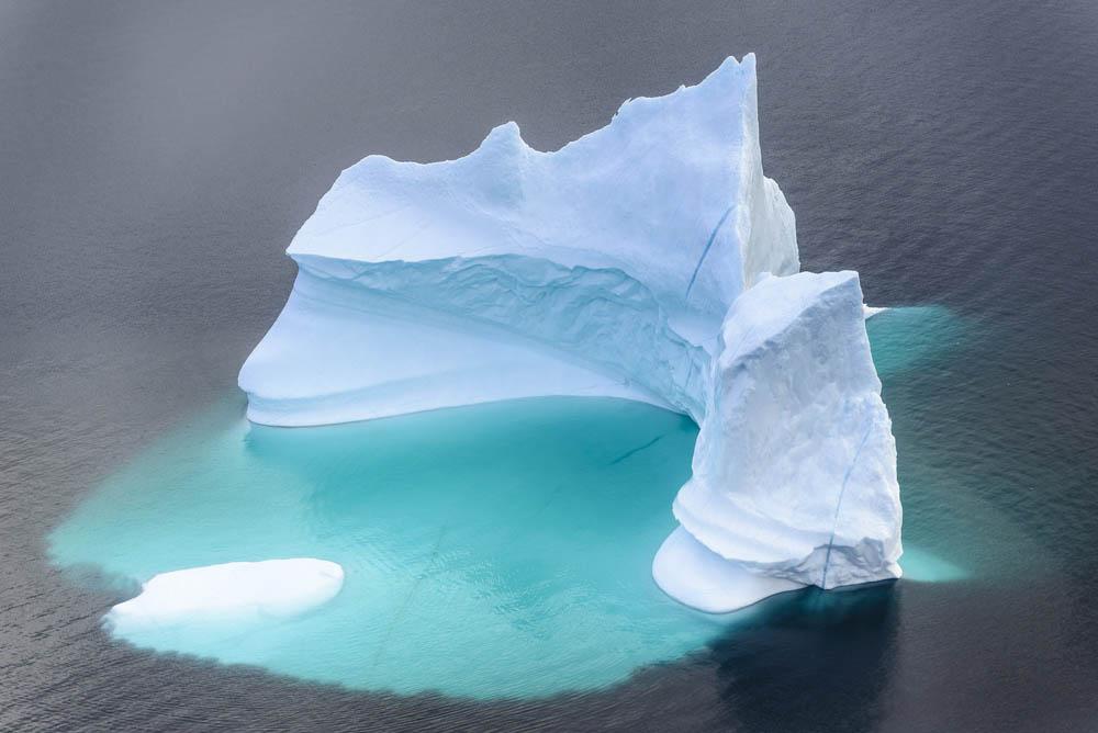 Si les icebergs sont tellement dangereux, c'est parce que la plus grande partie de leur masse (90%) se trouve sous le niveau de la mer. Un iceberg de 50 mètres de haut peut donc plonger jusqu'à 500 mètres sous l'eau. Groenland Sud Ouest, région Kujalleq, juillet 2014.