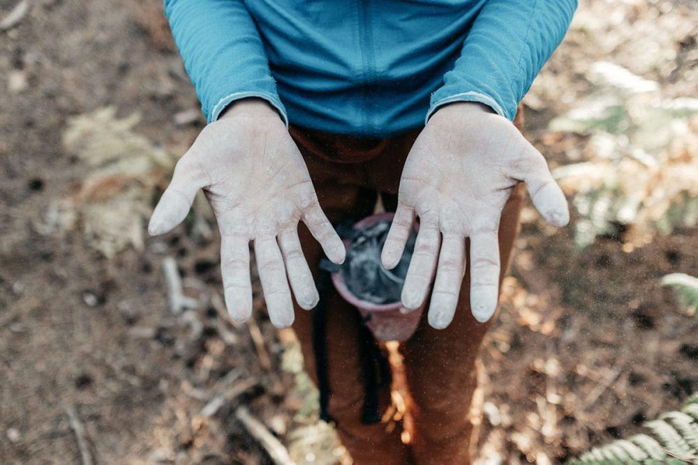 Lorsque vous faîtes de l'escalade à Fontainebleau, veillez à bien frotter vos prises pour enlever la magnésie