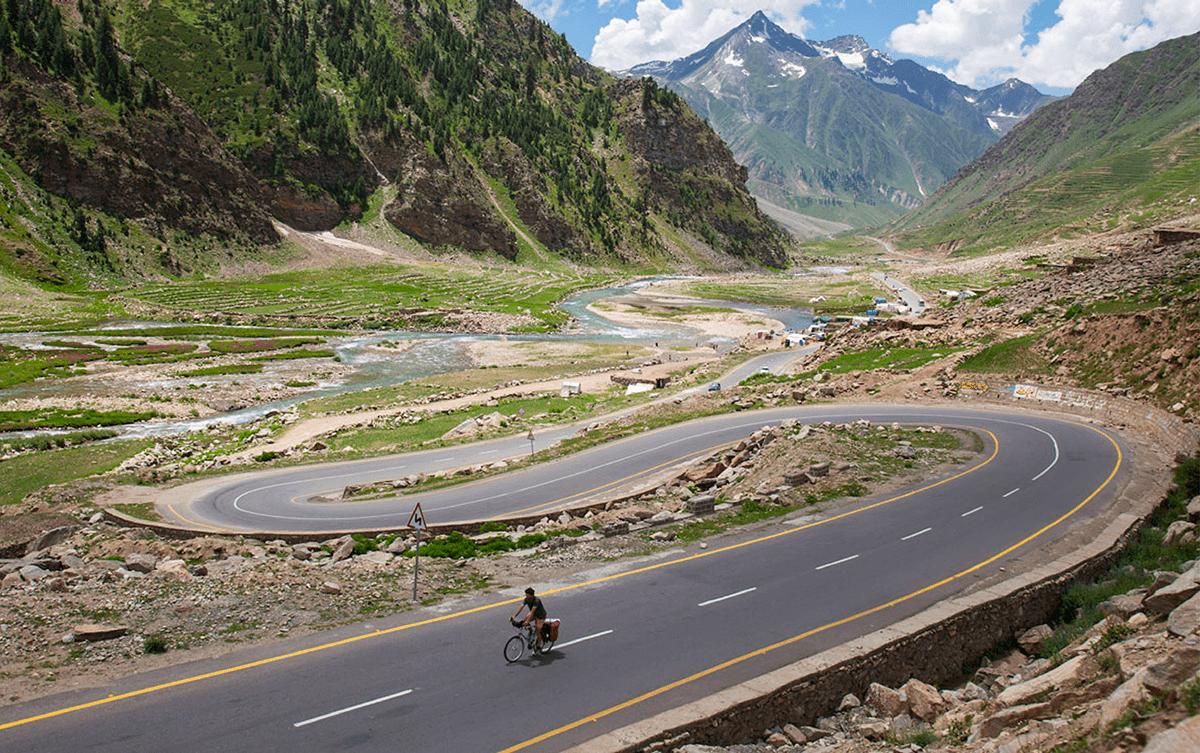 Matthieu Tordeur explorateur sur la Karakoram highway en vélo, Les Baladeurs