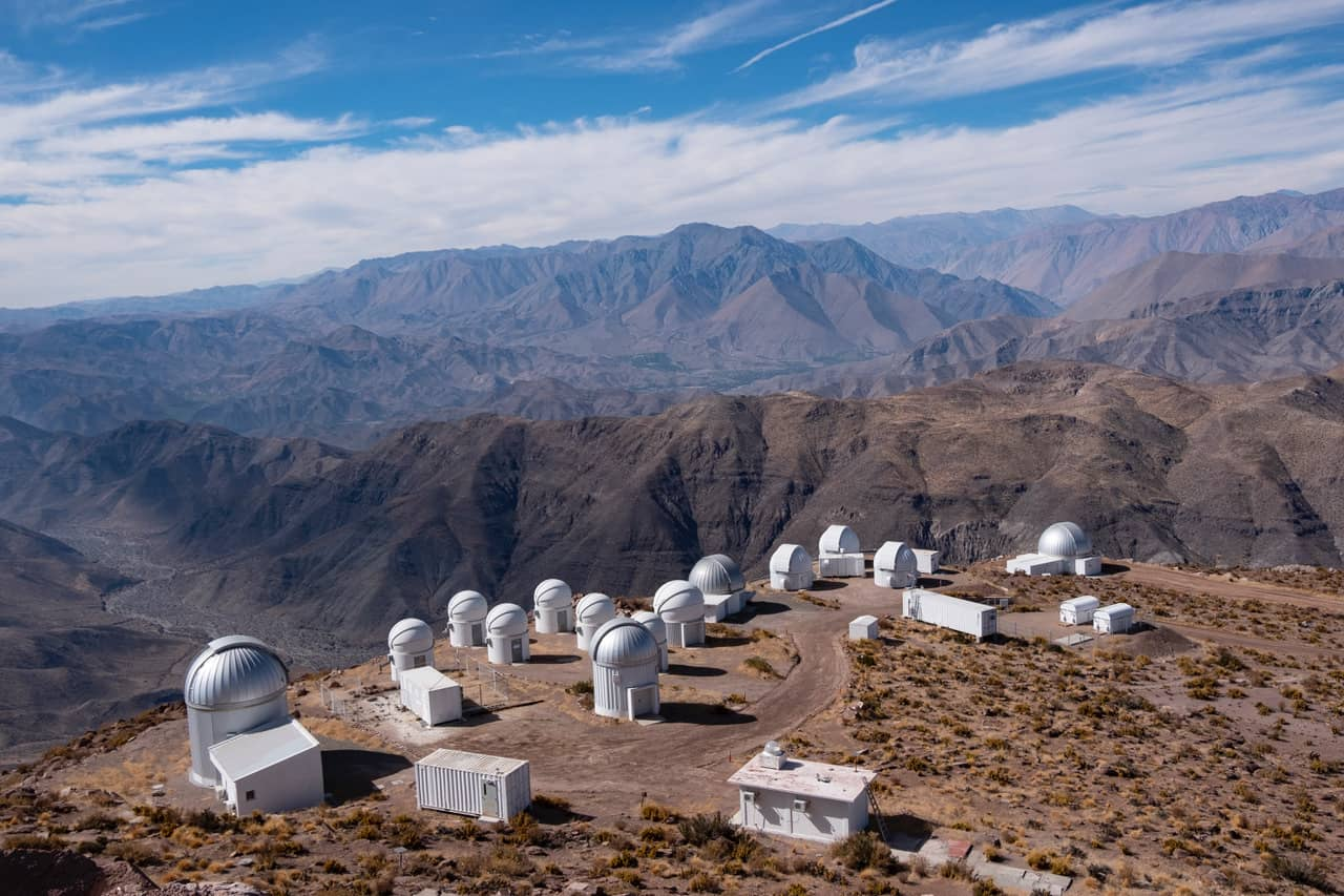 La sécheresse des grands espaces désertiques se confronte à la verticalité des montagnes qui les entourent.