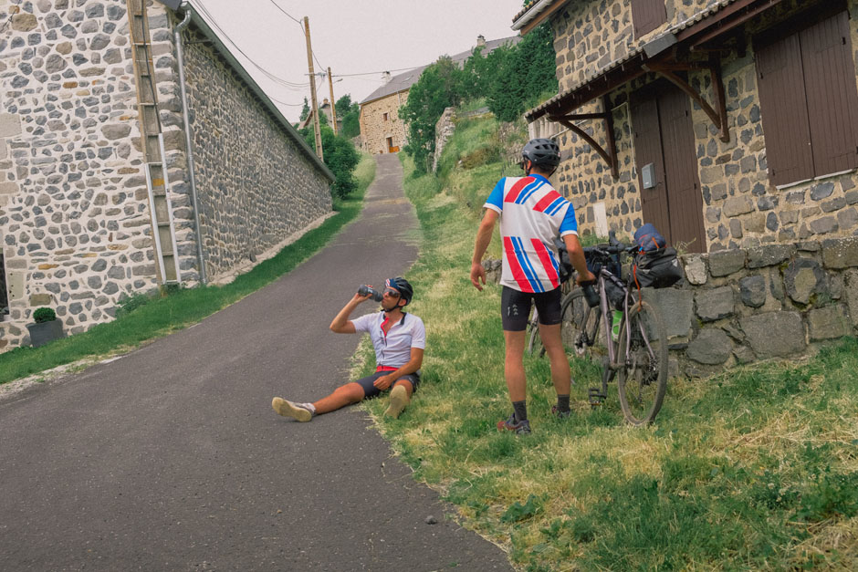 En vélo gravel à travers les Monts d'Ardèche : l'heure de la pause !