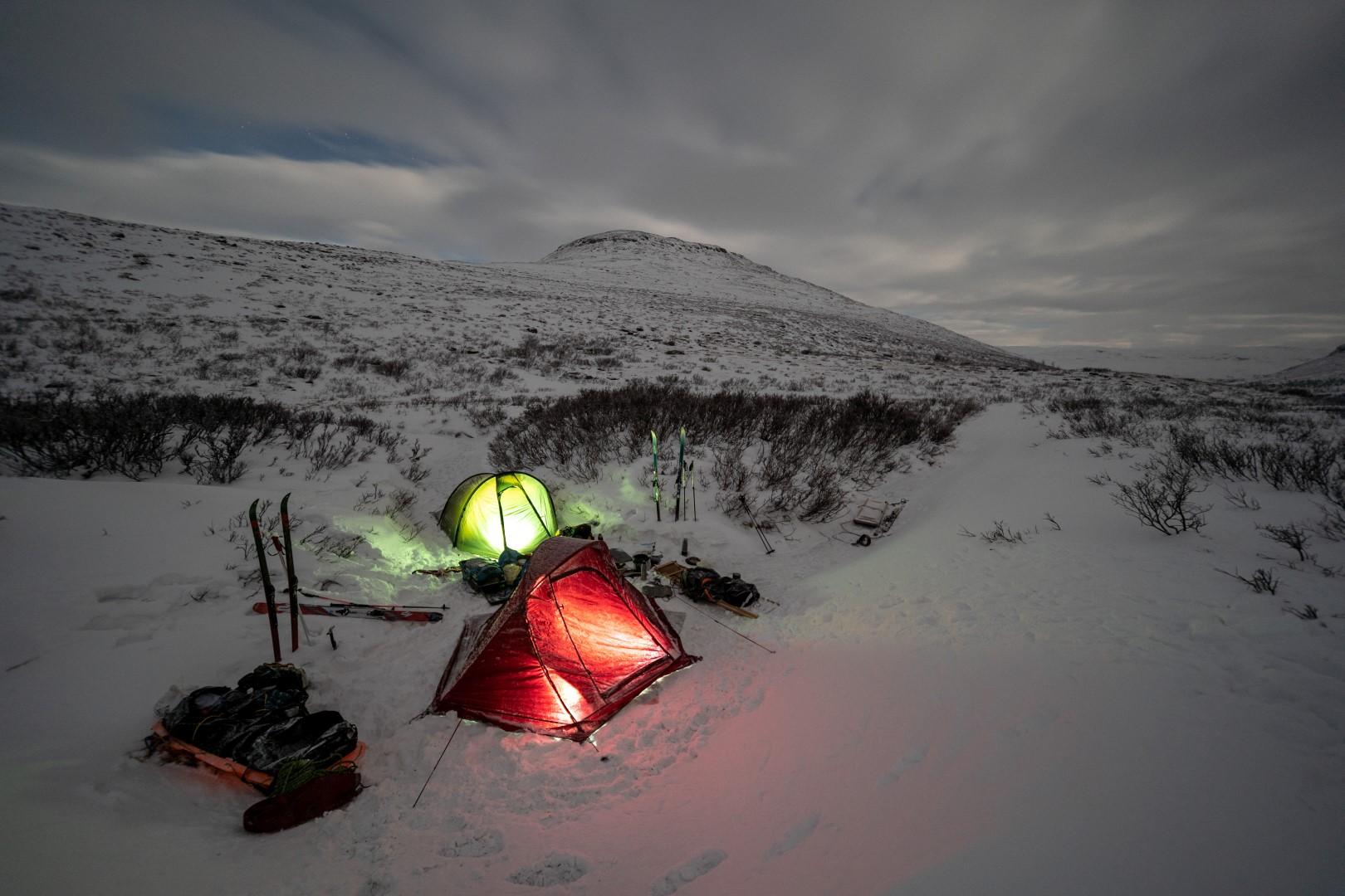 Camper dans la neige sur le Kungsleden en Laponie