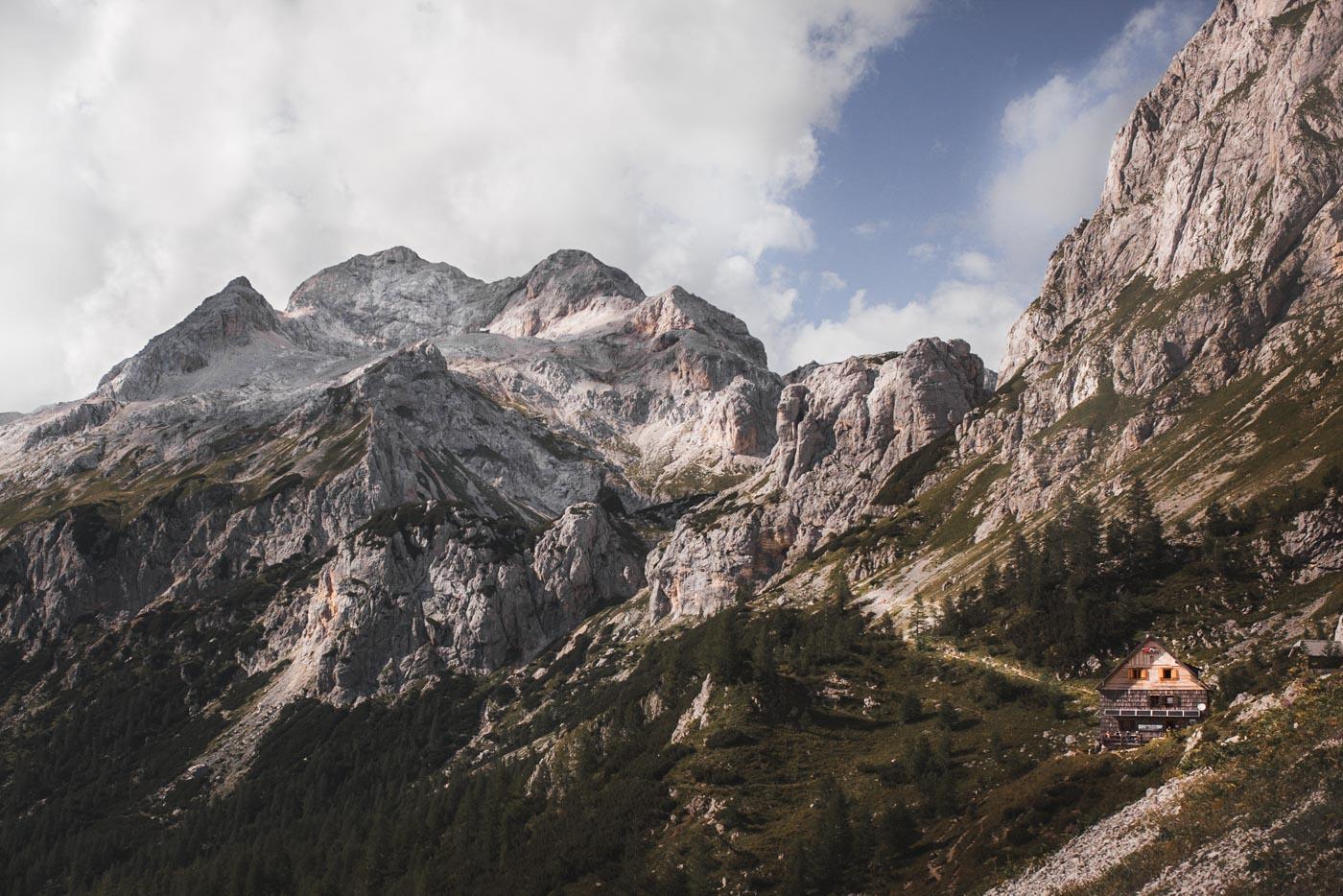 Le Dom Vodnikov au pied du Mont Triglav