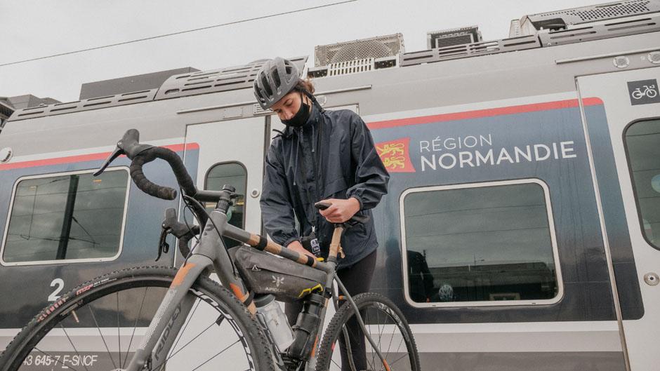 Le train région Normandie est idéal pour débuter une aventure en gravel à travers La Manche depuis Paris